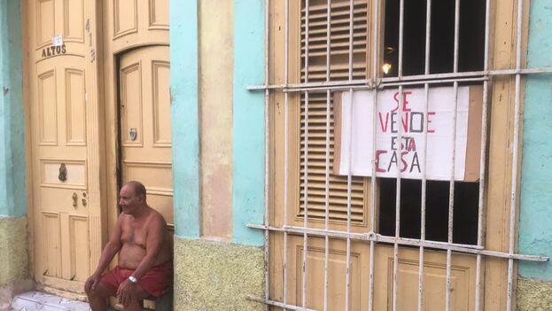 """""""Así no hay quien venda"""", lamentan los propietarios que ofrecen sus casas en el apagado mercado inmobiliario cubano. (14ymedio)"""