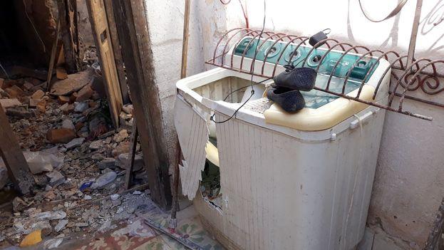 A la lavadora de Fefa le cayó una piedra del techo y la partió. (14ymedio)