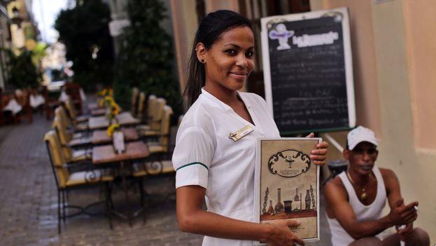 Una mesera posa mientras espera la llegada de clientes en un restaurante privado en La Habana. (EFE)