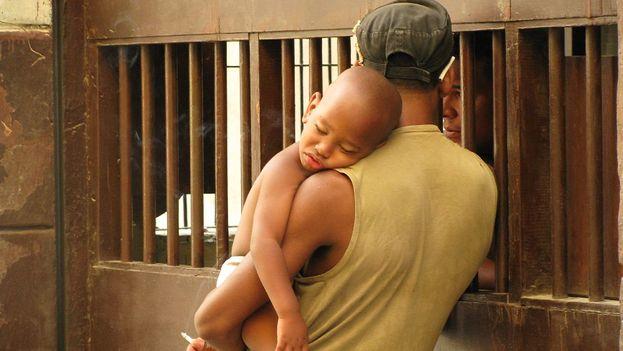 El machismo sigue determinando que las mujeres se hagan cargo de la mayor parte de los requerimientos de un hijo. (Charles)