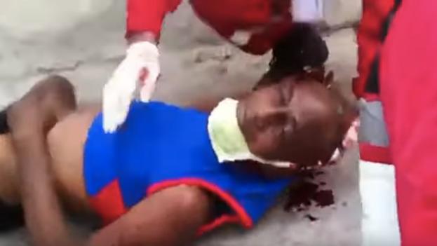 Un hombre malherido en un lugar sin identificar de la Isla, en uno de los videos difundidos por internet. (Captura)