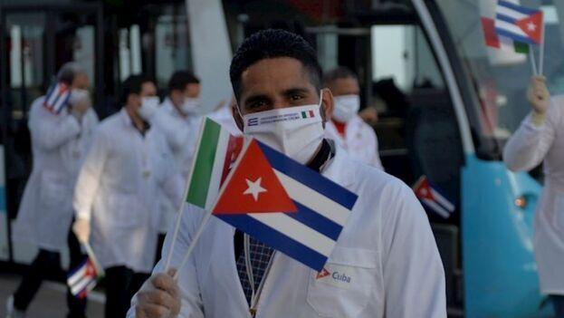 """El mandatario mexicano agradeció la presencia de los cubanos, que justificó diciendo que """"se requieren"""" para """"salvar vidas"""". (EFE)"""