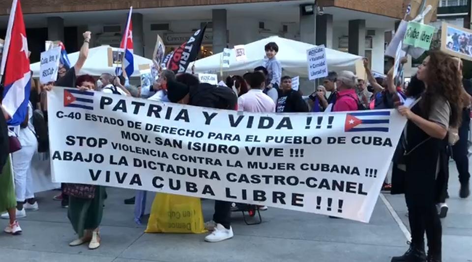 Con carteles de 'Patria y Vida', medio centenar de cubanos increpan a Silvio Rodríguez en Madrid