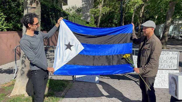 En la manifestación los participantes ondeaban banderas cubanas y una singular versión de la enseña nacional, obra del artista cubano Julio Llopiz-Casal. (14ymedio)