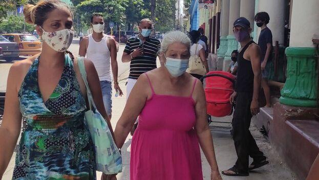 """Las mujeres """"son el motor impulsor de las manifestaciones, ya que son víctimas de un Gobierno totalitario"""", dicen las Damas de Blanco. (14ymedio)"""