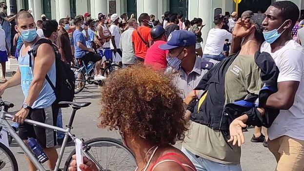 Un manifestante es detenido por un policía y un agente de la Seguridad del Estado vestido de civil, este 11 de julio en La Habana. (14ymedio)