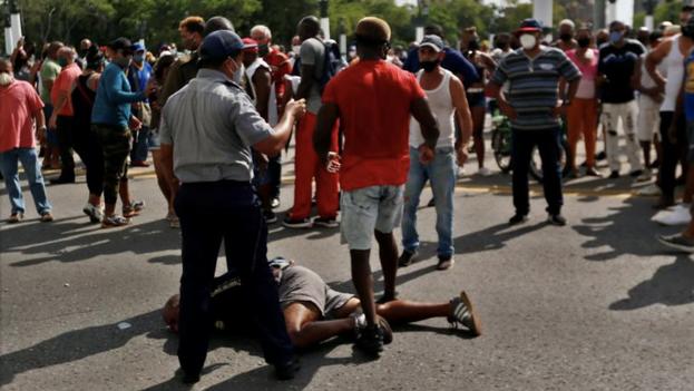 Uno de los manifestantes arrestados por la Policía durante el pasado 11 de julio en La Habana. (EFE/Ernesto Mastrascusa)