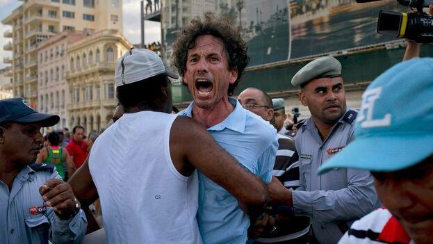 La policía arresta a manifestantes el 11 de mayo del 2019 que participaron el la marcha LGBTI no autorizada por el gobierno. (el Nuevo Herald)