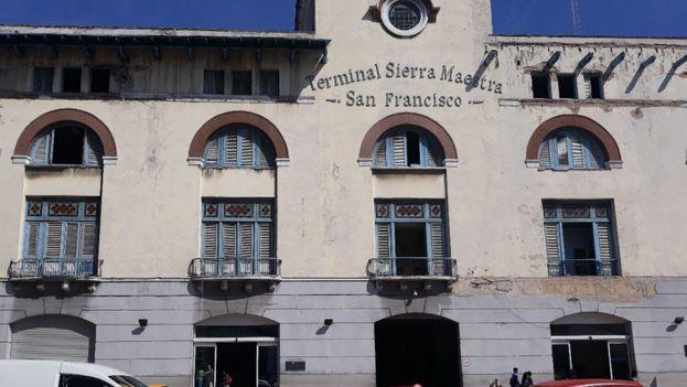 """En la terminal marítima Sierra Maestra, de La Habana, un funcionario advertía este viernes que el crucero no podía atracar """"hoy ni nunca"""". (14ymedio)"""