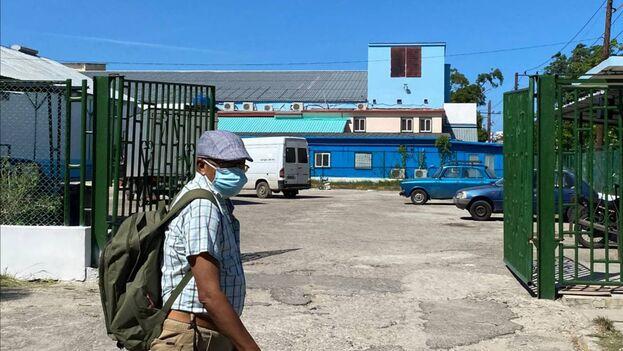 La mascarilla azul se encuentra a un precio cinco veces lo previsto si se hubieran fabricado las de Matanzas. (14ymedio)