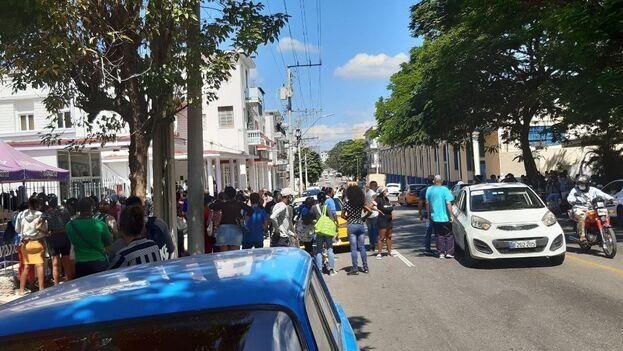 El auto blanco, con matrícula oficial, atropelló a un hombre de unos 40 años que hacía cola para comprar yogur en la calle Ayestarán, de La Habana. (14ymedio)