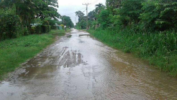 La mayoría de las calles de Candelaria no están asfaltadas y la lluvia ha dificultado el paso por ellas. (14ymedio)