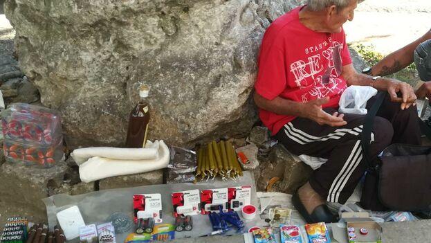 Las memorias USB se han vuelto tan comunes que han pasado a formar parte de las ofertas de los vendedores callejeros en Cuba. (14ymedio)