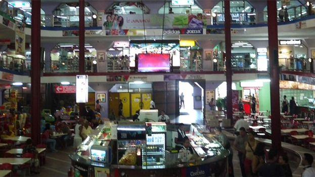 El el mercado de la calle Carlos III se puede encontrar de todo... en CUC. (14ymedio)