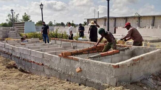 Una microbrigada edifica bóvedas para los entierros en Holguín. (Servicios Comunales de Holguín/Facebook)