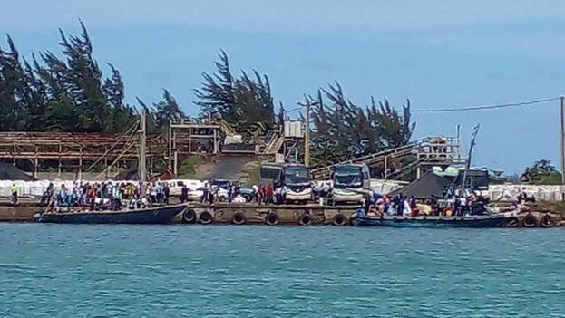 Los migrantes llegaron este martes al puerto de Moa, en Holguín. (Marcos Rodríguez/Facebook)