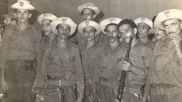 Un grupo de milicianos posan para una fotografía en Las Villas. (Cortesía)