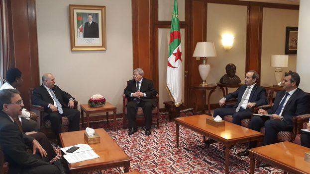 El ministro de Salud Pública, Roberto Morales Ojeda, fue recibido este jueves por el primer ministro argelino, Ahmed Ouyahia. (@EmbaCuba_Argel)