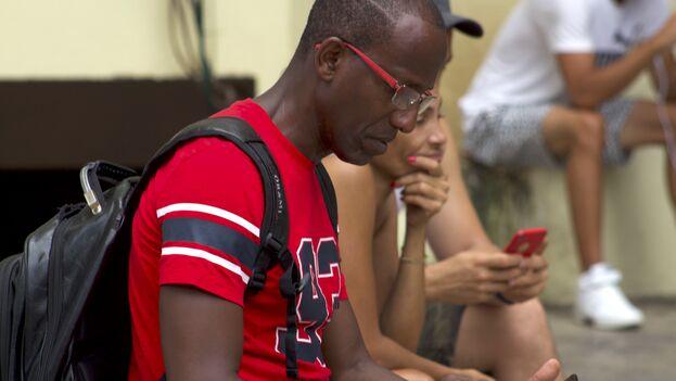 """Para cuando el monopolio estatal de telecomunicaciones Etecsa abrió el banderín para conectarse desde los móviles, del lado de acá ya éramos """"internautas sin internet"""" . (14ymedio)"""