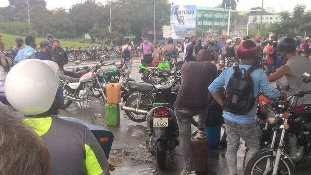 La situación se tornó completamente caótica este martes, cuando la falta de gasolina se agudizó en la ciudad. (Alberto Hernández/14ymedio)
