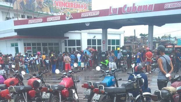 Los motoristas de Santiago de Cuba se amontonan en los servicentros de la ciudad para conseguir gasolina. (Alberto Hernández/14ymedio)