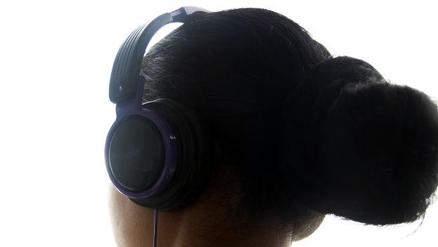 Una mujer con audífonos. (14ymedio)