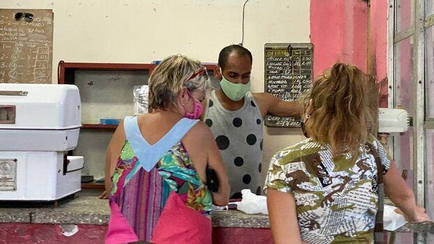 Dos mujeres compran alimentos racionados en una bodega de La Habana, Cuba. (14ymedio)