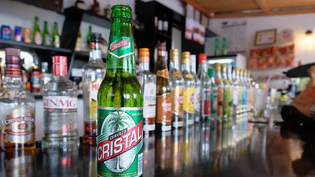 En las tiendas estatales la cerveza nacional tiene un precio de 1 CUC pero en las últimas semanas la producción nacional apenas se ve en las estanterías. (Brando/Flickr)