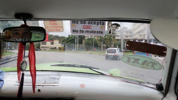 Desde hace meses, en muchos negocios privados y taxis particulares hay carteles visibles de que no se acepta el CUC. (14ymedio)