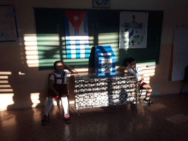 Los niños custodian las urnas, como en cada elección en Cuba. (14ymedio)
