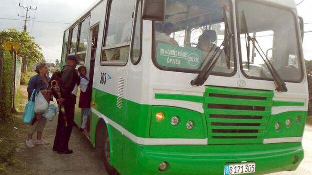 Entre las primeras señales de ese regreso a la normalidad se nota la reanudación del transporte en algunas provincias, como Pinar del Río. (Granma)