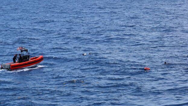 El rescate ocurrió pasadas las dos de la tarde y las autoridades pudieron subir a bordo a ocho migrantes. (USGC)