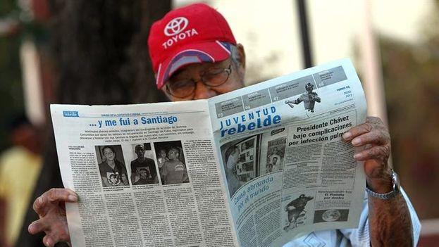 Un cubano lee el diario oficial 'Juventud Rebelde' en La Habana. (EFE)