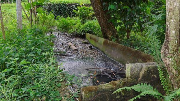 La prensa oficial critica lo obsoleto de las infraestructuras, que contribuye al mal estado de las aguas. (Escambray)