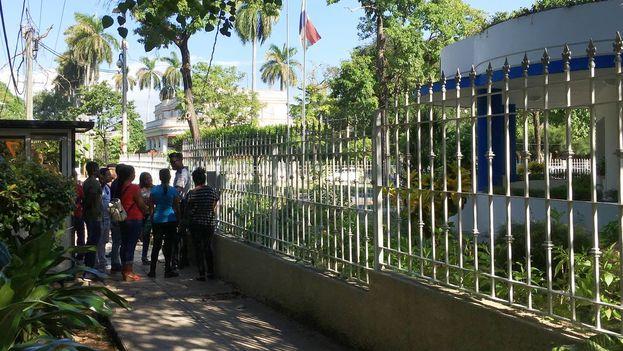 La policía tuvo que ayudar a ordenar la fila de curiosos en la entrada de la embajada de Panamá este martes. (14ymedio)