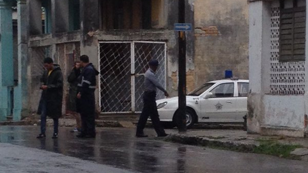 Un patrulla policial en la esquina de la casa de Eliécer Ávila para impedir la llegada de los invitados. (14ymedio)