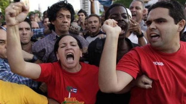 El periodista Reinaldo Escobar siendo víctima de un acto de repudio en noviembre de 2009, La Habana. (Captura)