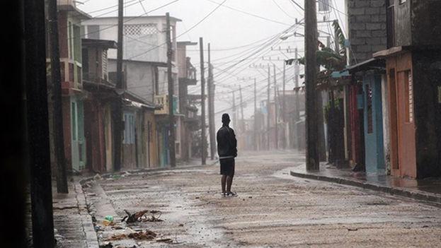 Un hombre permanece en una calle en la ciudad de Baracoa, en Guantánamo. (EFE)