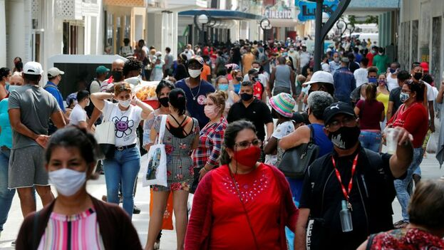 Las calles siguen llenas de personas haciendo colas y los contagios continúan al alza sin que se prevean cambios a corto plazo. (EFE)