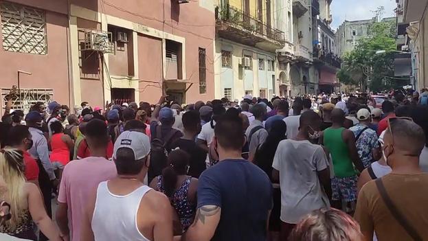 Un grupo de personas se manifiesta pacíficamente el 11 de julio de 2021 en La Habana. (14ymedio)