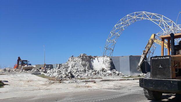 La tarde de este lunes varios equipos pesados tumbaban ya algunas de las columnas de concreto de su estructura. (14ymedio)