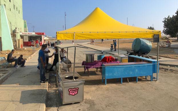 A pocos metros de la calle Belascoaín, un kiosco instalado por el Estado para la venta de comida preparada solo oferta una caldosa aguada que pocos se dignan a comprar. (14ymedio)