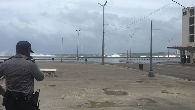 La policía impide el paso hacia el Malecón de La Habana donde las olas alcanzan varios metros de altura. (14ymedio)