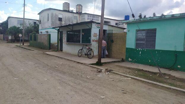 Este martes la policía disolvió la cola de más de cuatro días que se había formado frente a este local de venta de gas licuado en Sancti Spíritus. (14ymedio)