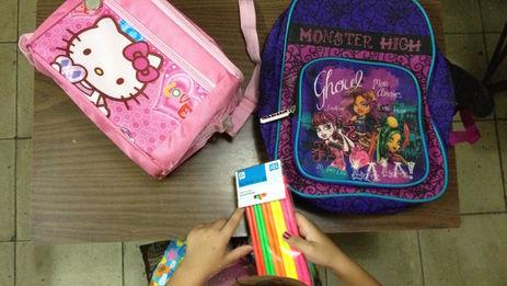 Una niña prepara sus útiles para el nuevo curso escolar. (14ymedio)
