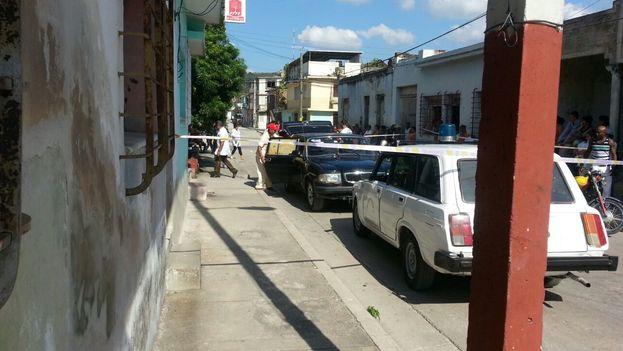 Una fuerte presencia policial resguardaba la casa del anciano asesinado esta mañana. (14ymedio)
