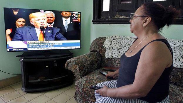 Una mujer observa el discurso del presidente de Estados Unidos, Donald Trump, en su vivienda este viernes. (EFE)