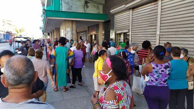 Este lunes a primera hora la cola se alargaba ante la sucursal de la calle Infanta, en La Habana. (14ymedio)