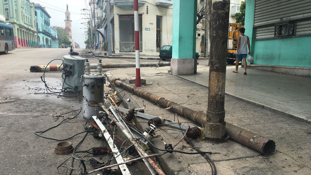 Los primeros postes eléctricos comienzan a caer en La Habana con los vientos del huracán Irma. (14ymedio)