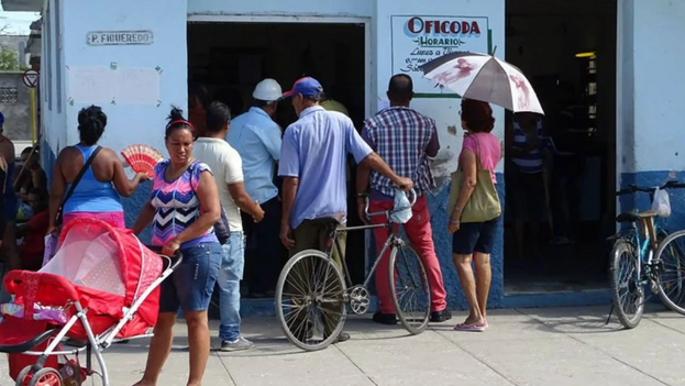 A principios de año, muchos cubanos hicieron cola en las oficodas a sabiendas de que se aplicaría con mayor rigor la obligación de dar de baja a los emigrados. (La Demajagua)